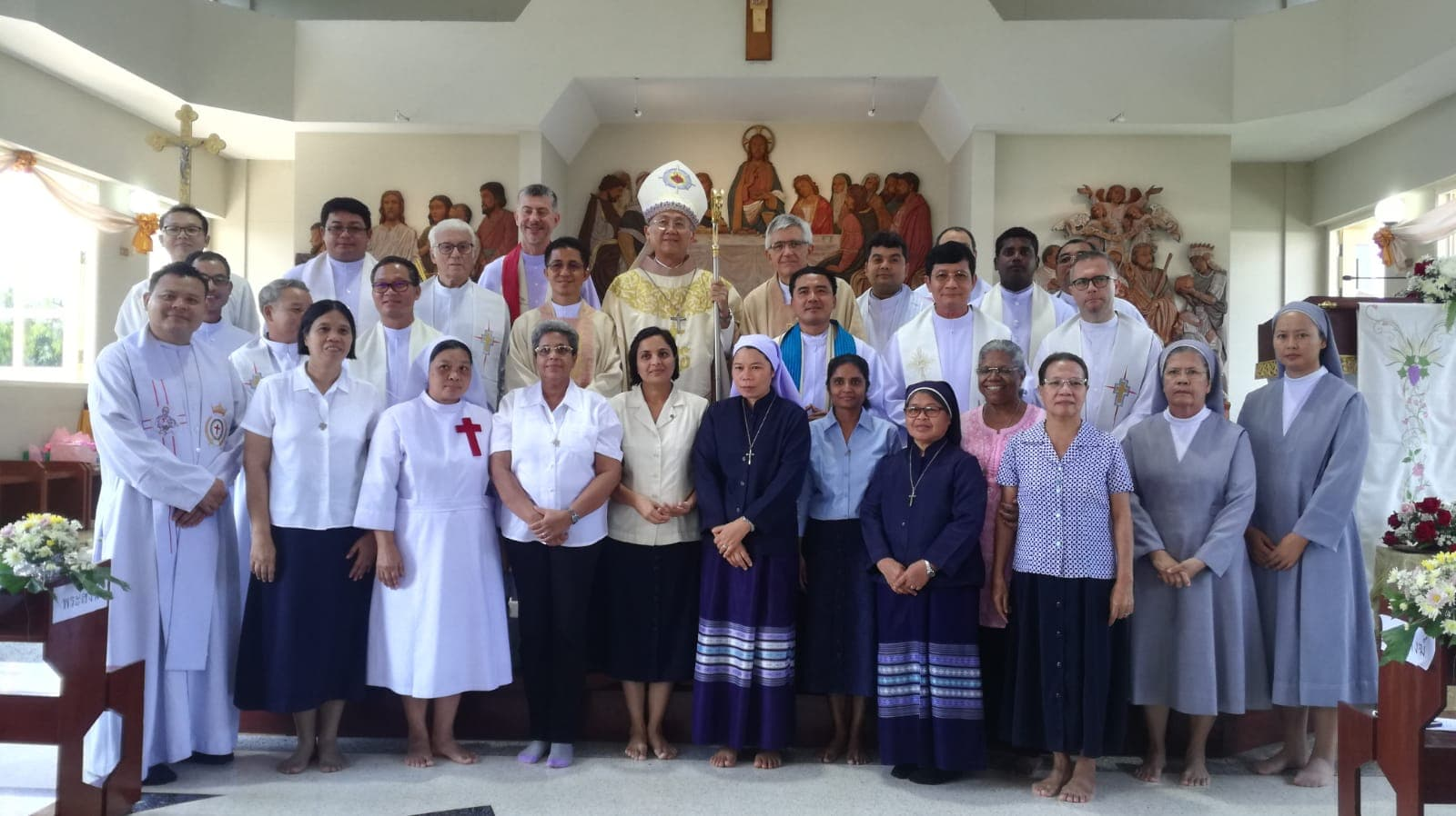 Srs VicVic, Anice, Bina, Jancy and Beth with Sr Marina with the PIME and Betharram priests and other religious during the handing over of the Parish by the PIME missionaries to the Diocese of Chiang Mai