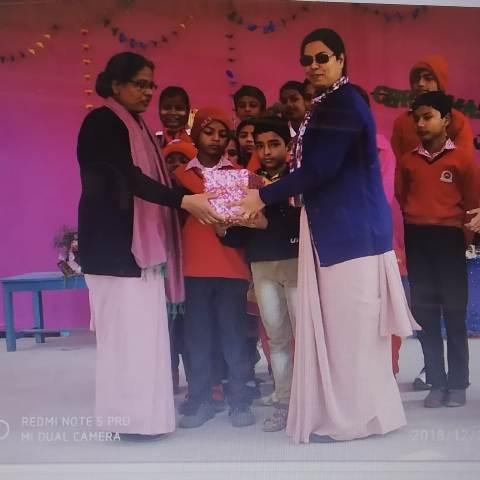 Sr Teresa distributes prizes