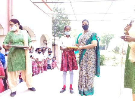 Sr Teresa distributing prizes to children